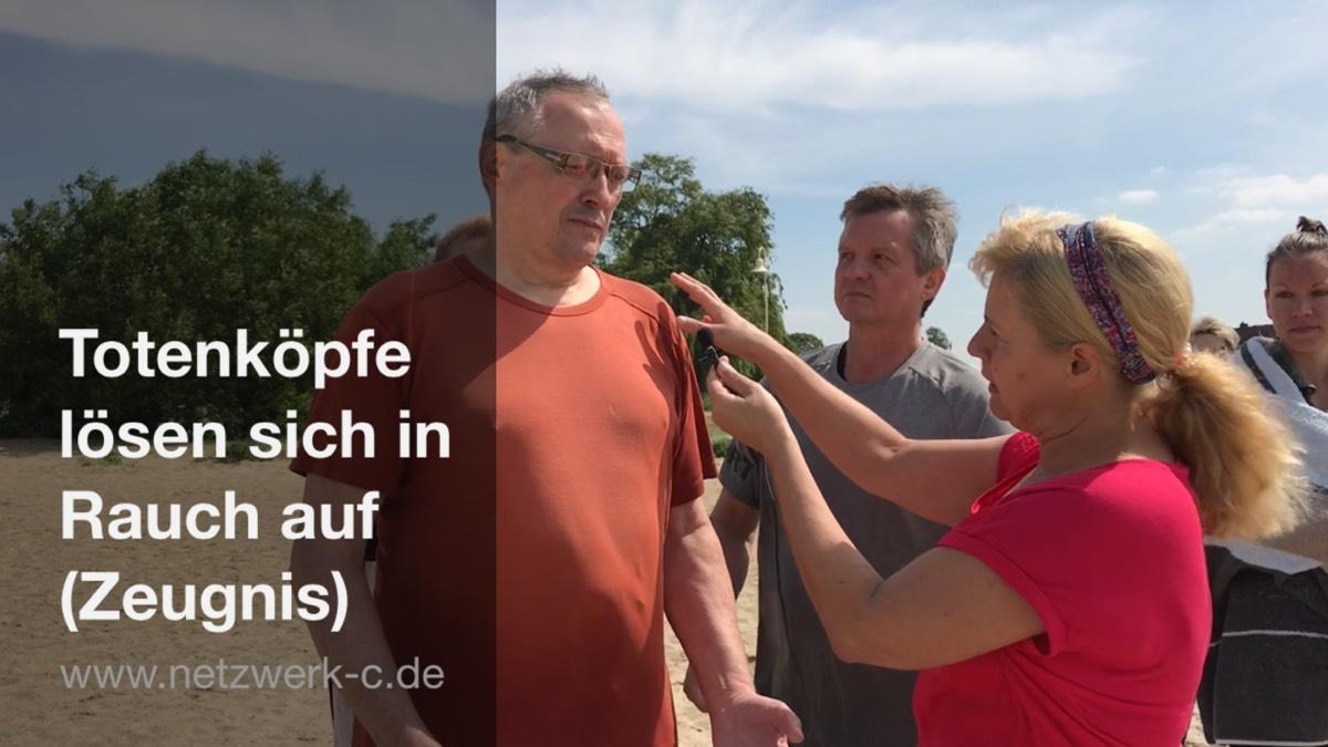 Totenköpfe Lösen Sich In Rauch Auf Zeugnis Netzwerkc